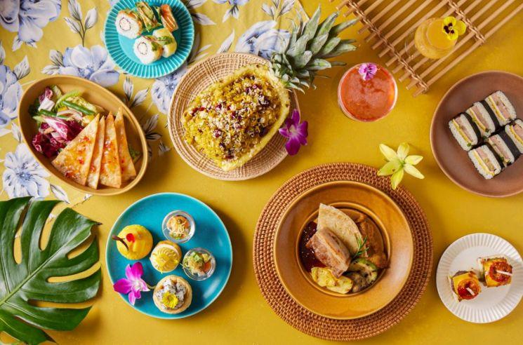 코로나 2년차인 올해 호텔업계는 '해외 여행 대리만족' 마케팅에 힘을 싣고 있다. 하와이 등 해외에서 여행하는 기분을 만끽할 수 있는 이국적인 식음료를 패키지로 내놨다. 사진은 호텔 서울드래곤시티의 하와이 미식 프로모션.