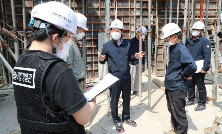 안경덕 고용노동부 장관(왼쪽에서 세 번째)이 지난달 1일 오후 세종특별자치시 근처 소규모 건설 현장을 찾아 안전관리 실태를 점검하는 모습.(이미지 출처=연합뉴스)
