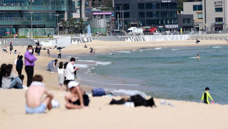 부산 해운대해수욕장에서 외국인들과 시민들이 더위를 피하고 있다. [이미지출처=연합뉴스]