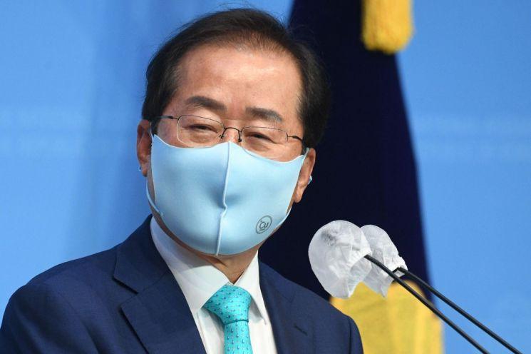 홍준표 무소속 의원이 지난달 10일 서울 여의도 국회 소통관에서 국민의힘에 복당을 신청하겠다고 밝히고 있다. [이미지출처=연합뉴스]