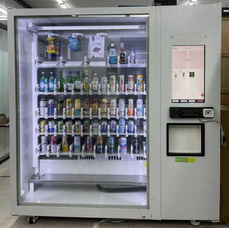 GS25에서 테스트 도입 추진 중인 무인 주류자판기(사진제공=GS25).