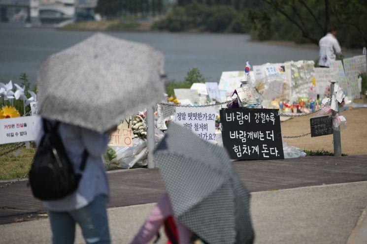 서울 반포한강공원 고(故) 손정민 씨 추모현장. [이미지출처=연합뉴스]