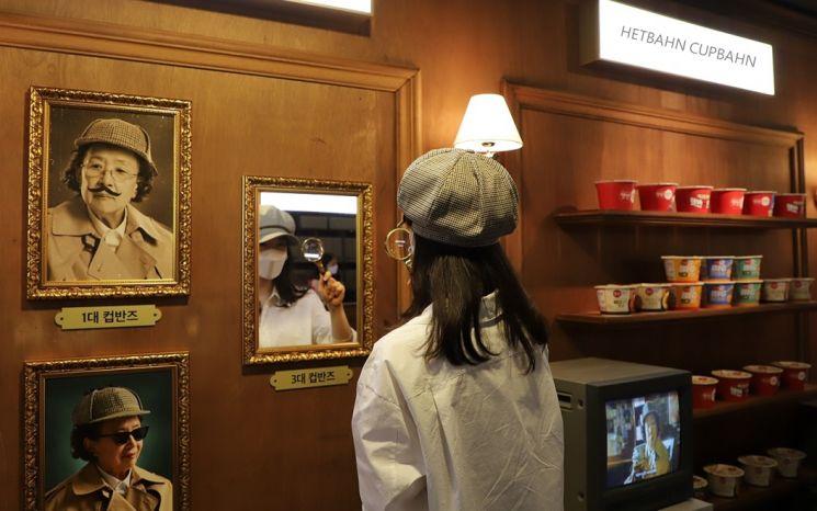 CJ제일제당이 지난달 운영한 '명탐정 컵반즈 팝업스토어'에서 소비자가 추리게임을 체험하고 있다.