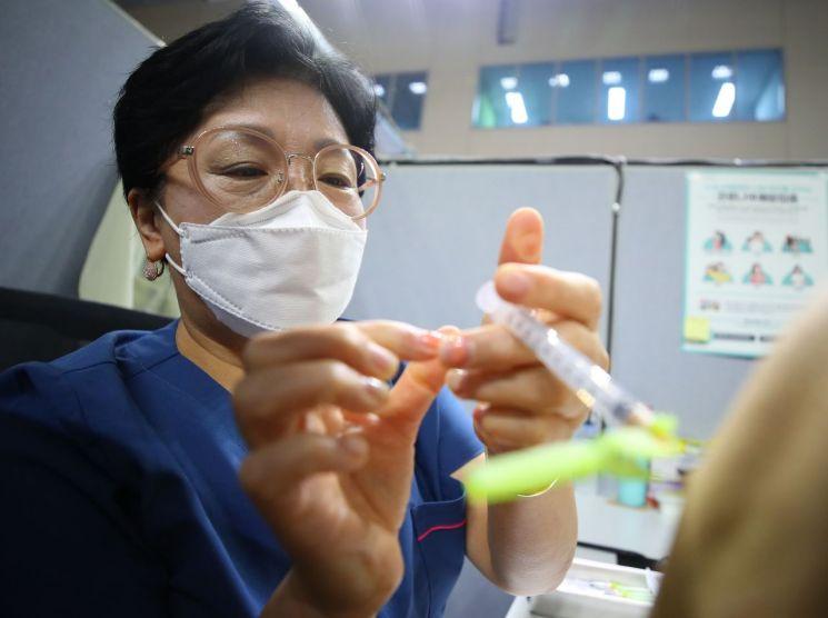 8일 오전 서울 동작구 사당종합체육관에 마련된 코로나19 백신 접종센터에서 의료진이 백신을 접종하고 있다. / 사진=연합뉴스