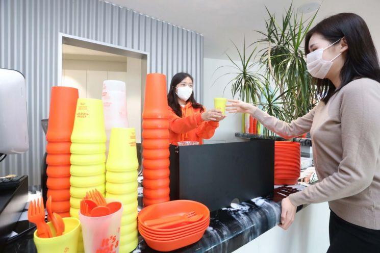 LG 사회공헌 프로그램에 참여한 트래쉬 버스터즈가 다회용기를 선보이고 있다.