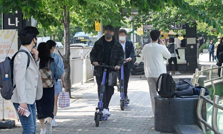 지난 13일 오후 서울 영등포구 여의나루역 인근에서 헬멧을 미착용한 시민들이 전동킥보드를 운전하고 있다. / 사진=연합뉴스