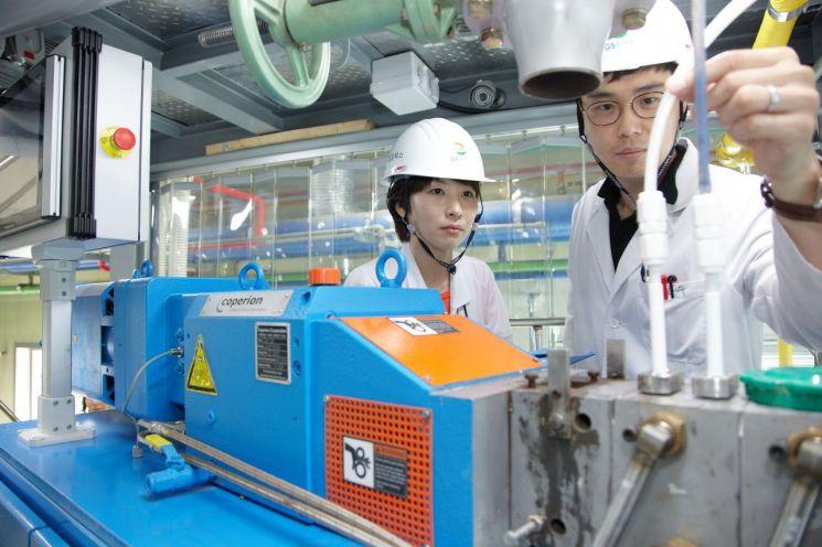 GS칼텍스의 대전 기술연구소 직원들이 친환경 제품 연구개발 작업을 수행하고 있다.