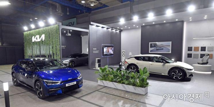 기아가 'xEV 트렌드 코리아 2021(xEV TREND KOREA 2021)'에 참가해 일반 관람객 대상으로는 최초로 EV6 실차를 선보였다.