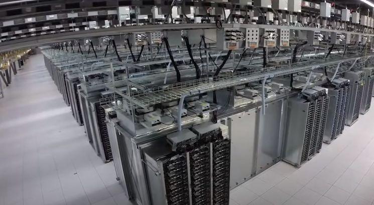구글 데이터센터 내부. 클라우드 컴퓨팅은 인터넷과 연결된 데이터센터의 데이터 저장능력을 다른 업체에 '대여'해주는 방식이다. / 사진=구글 유튜브 캡처