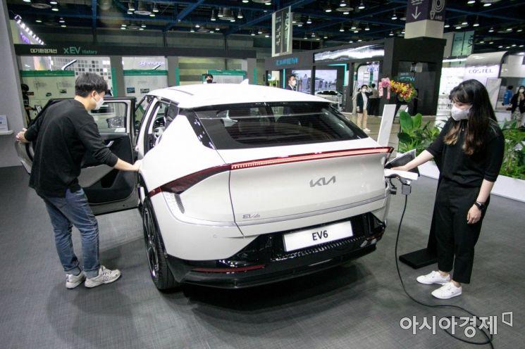 9일 서울 강남구 코엑스에서 열린 '인터베터리 및 2021 xEV 트렌드 코리아'에서 기아 전기차 EV6가 전시되고 있다./강진형 기자aymsdream@