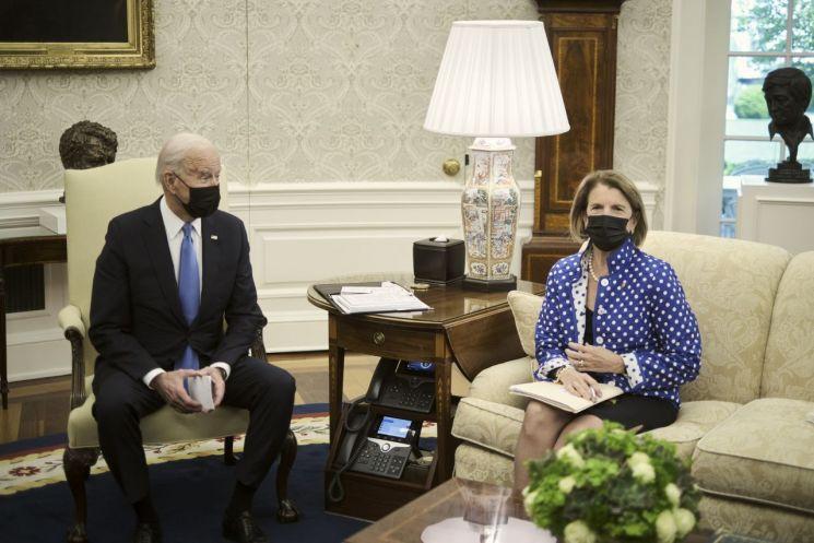 조 바이든 미국 대통령이 공화당 소속 셸리 캐피토 의원과 집무실에서 대화하고 있다. [이미지출처=EPA연합뉴스]