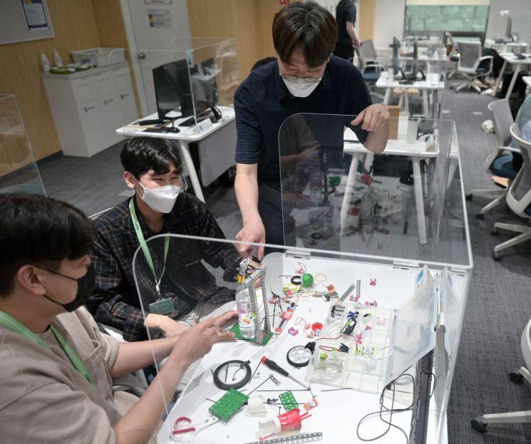 삼성청년SW아카데미 4기 서울캠퍼스의 교육생들이 함께 프로젝트를 진행하고 있다.(사진제공=삼성전자)