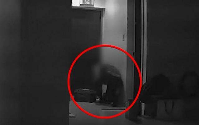 지난달 한 남성이 혼자 사는 여성의 집을 무단으로 침입해 파문이 일었다. 이 남성은 피해 여성이 직접 설치한 CCTV로 인해 덜미가 잡혔다. 사진=SBS '뉴스8' 방송화면 캡처.