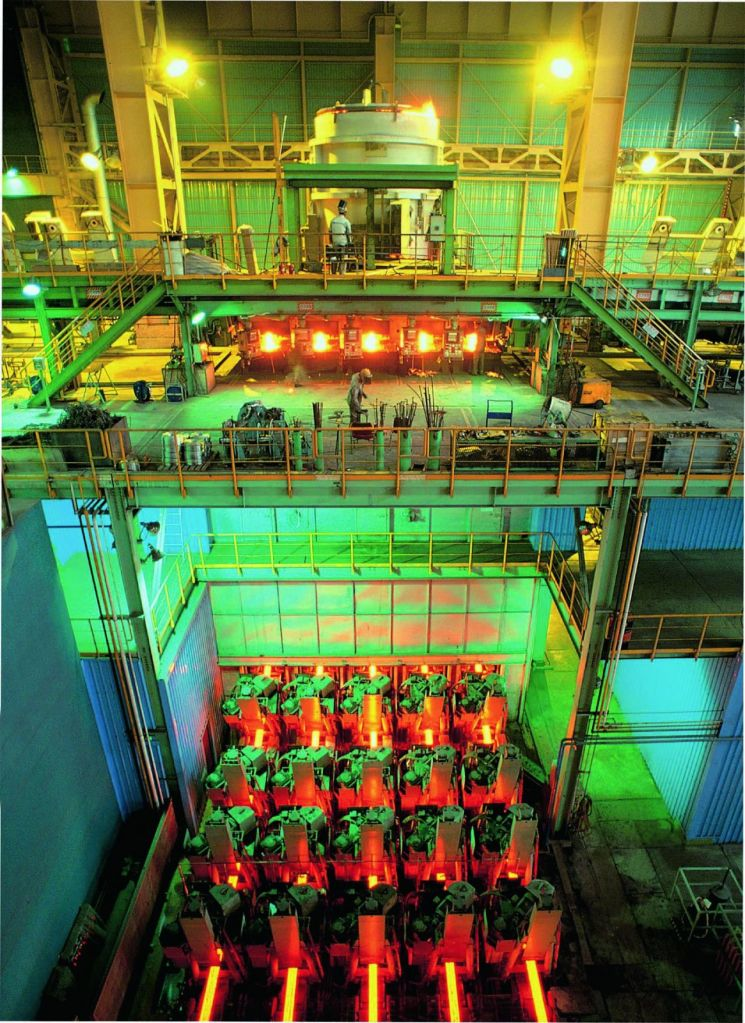 동국제강 인천공장에서 철스크랩을 녹여 만든 쇳물로 철근을 만들기 위해 연속주조 하고 있다.(사진= 동국제강)