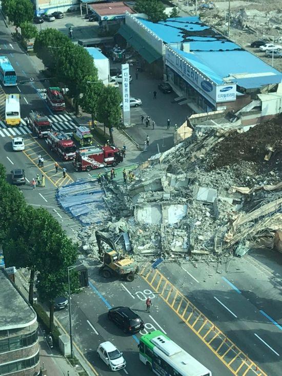 '광주 붕괴 참사' 버스 앞쪽 승객 8명, 가로수가 살렸다