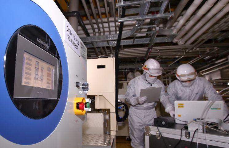 LG디스플레이 직원들이 파주 공장에 설치된 온실가스 감축 설비를 모니터링 하고 있다./사진제공=LG디스플레이