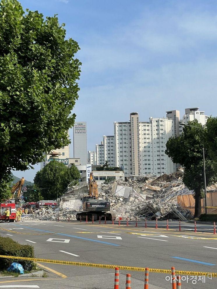 광주 동구 학동에서 철거중이던 건물이 무너지면서 지나가던 차량을 덮쳤다. (사진=제보자 제공)