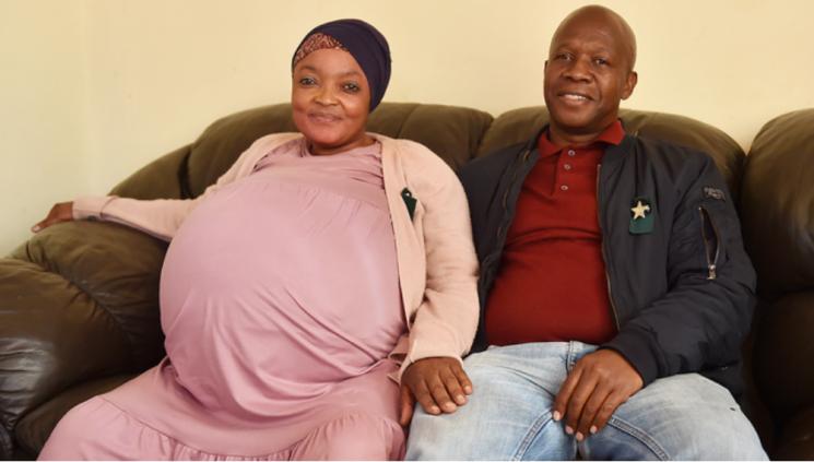 열 쌍둥이를 출산한 시톨레(37)와 그의 남편. 사진=아프리카 뉴스 에이전시(ANA) 트위터 캡처