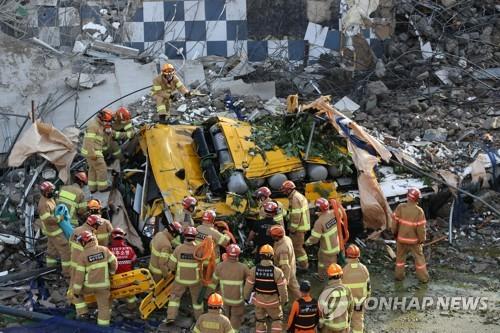 광주 건물 붕괴 정차된 버스 덮쳐 9명 사망…커지는 인명피해
