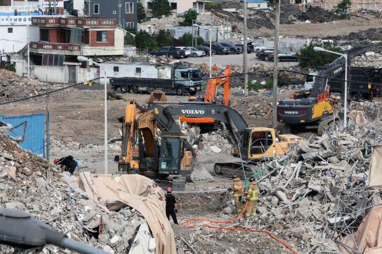 10일 오전 광주 동구 학동 재개발 구역 철거 건물 붕괴 사고 현장에서 잠시 중단됐던 매몰자 수색이 재개되고 있다. [이미지출처=연합뉴스]