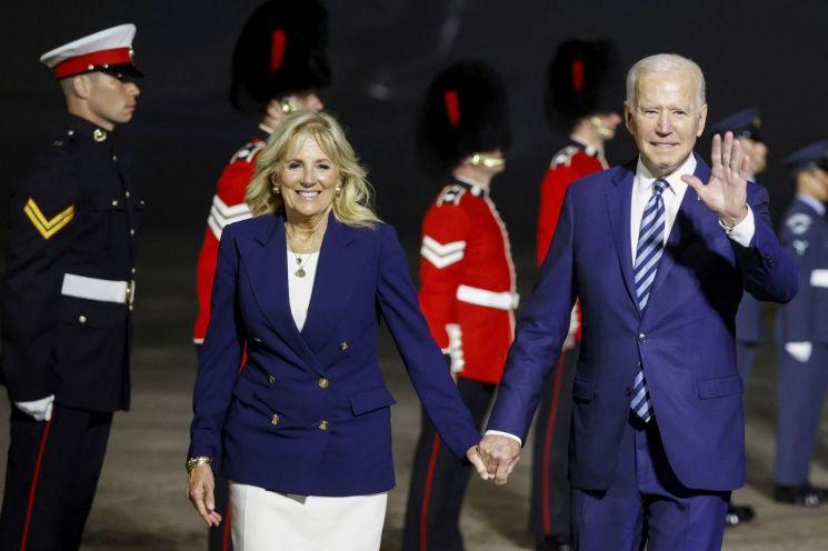 조 바이든 미국 대통령과 부인 질 바이든 여사가 9일(현지시간) 주요 7개국(G7) 정상회의를 앞두고 영국 남서부 콘월 뉴퀘이 공항에 도착했다. [이미지출처=AP연합뉴스]