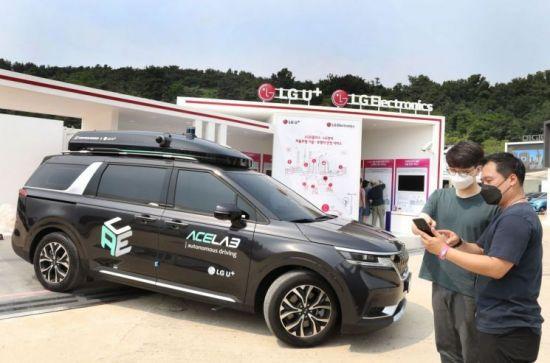 LG유플러스 관계자들이 2021 서울 스마트 모빌리티 엑스포(SSME 2021) 전시부스에서 자율주행차를 살펴보고 있다.