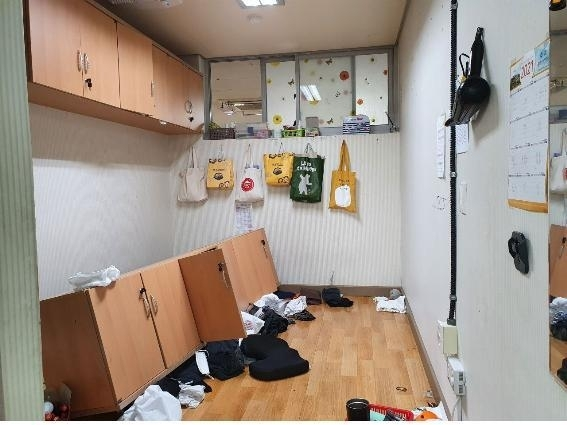 경기 화성의 한 고등학교 급식실 휴게실에서 벽에 부착한 옷장이 아래로 떨어진 사고 당시 모습. / 사진=경기학비노조 제공
