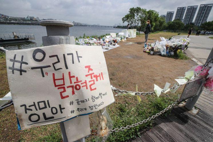서울 서초구 반포 한강공원에서 시민이 故손정민 군 추모 공간을 살펴보고 있다. / 사진=연합뉴스