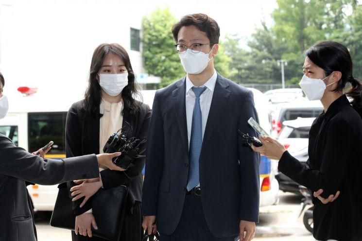 故(고) 손정민 씨 친구 A 씨의 법률대리인인 이은수 변호사(오른쪽)가 지난 1일 서울 서초경찰서로 들어서며 취재진의 질문에 답하는 모습. / 사진=연합뉴스