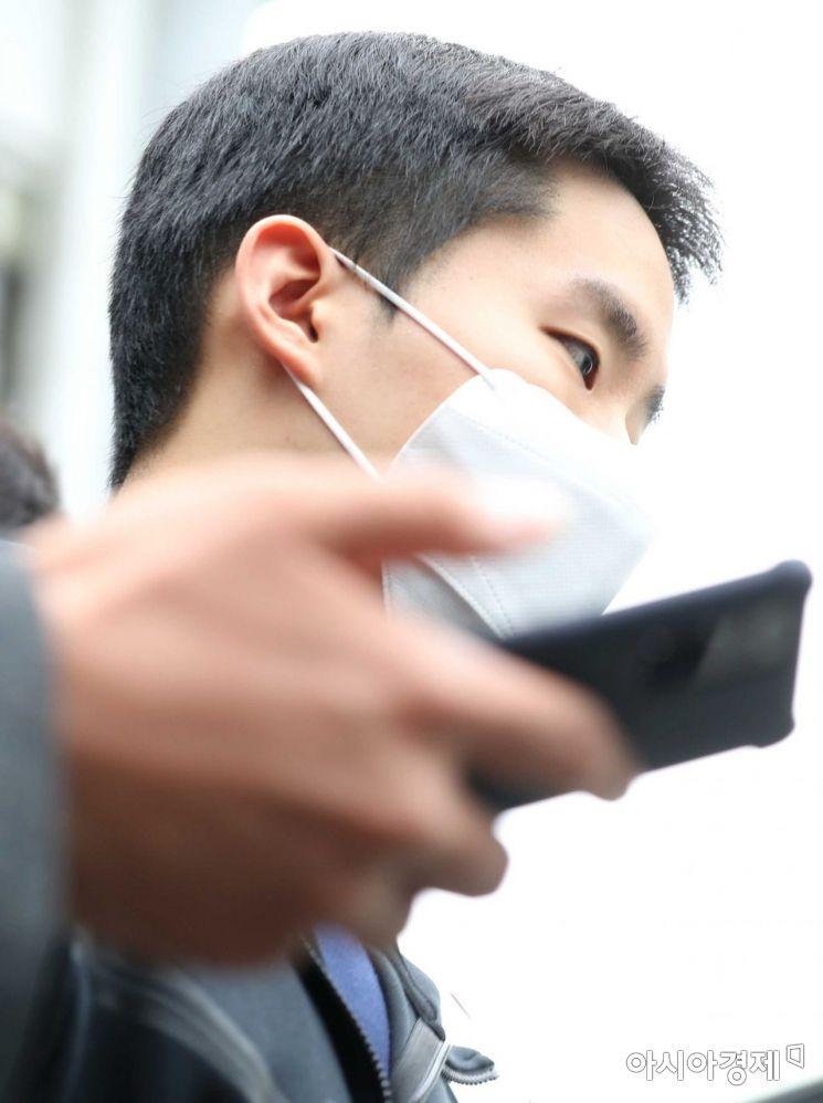 코로나19 상황에 따라 마스크를 착용한 채 나온 김영준. /문호남 기자 munonam@
