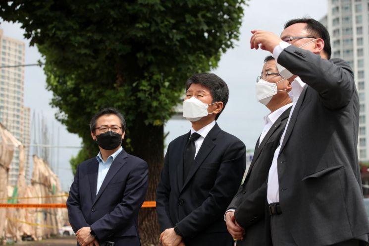 정몽규 HDC그룹 회장(왼쪽 두번째)과 권순호 현대산업개발 대표이사가 11일 오전 광주 학동 철거건물 붕괴 사고 현장을 둘러보고 있다.