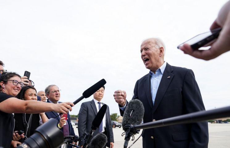 조 바이든 미국 대통령이 9일(현지시간) G7 정상회의 참석 차 출국 전 취재진과 얘기하고 있다.<이미지출처:연합뉴스>