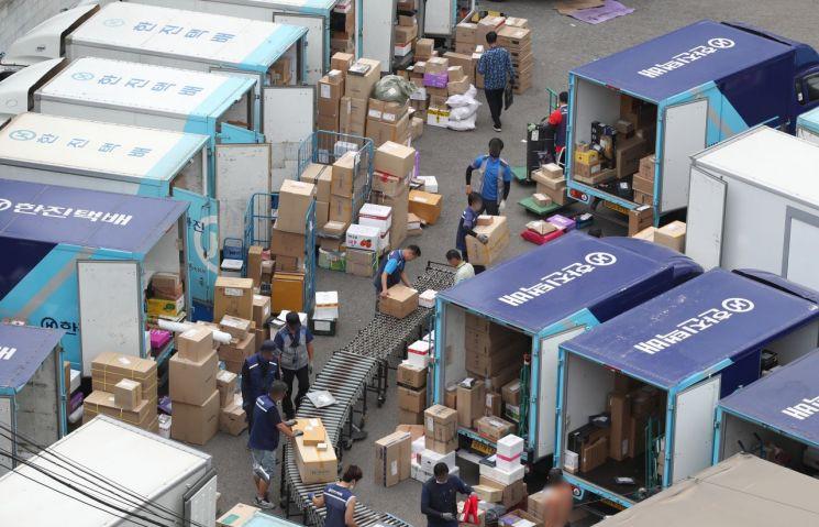 택배노조의 무기한 총파업 이틀째인 10일 오전 서울의 한 택배센터에서 택배 노동자들이 분류 작업을 하고 있다. [이미지출처=연합뉴스]