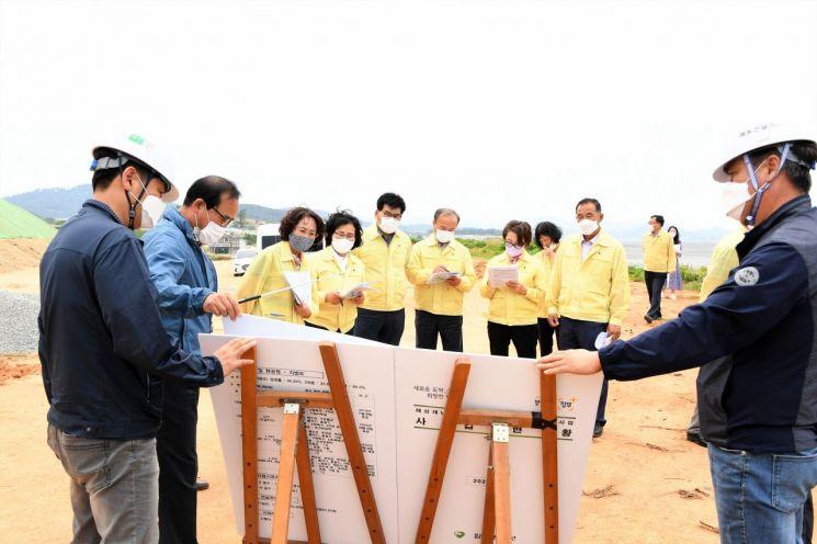 함평군의회 의장과 의원들이 관내 주요 사업현장을 방문해 추진현황 등을 보고받고 있다.   사진자료=함평군 제공