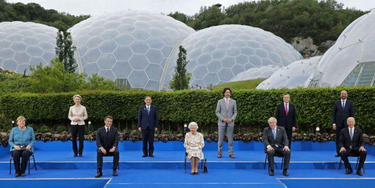 엘리자베스 2세 영국 여왕(가운데)과 주요 7개국(G7) 정상들이 11일(현지시간) 영국 남서부 콘월에 있는 세계 최대 규모의 온실 식물원인 '에덴 프로젝트'(Eden Project)에서 열린 영국 왕실 주최 환영 만찬에서 기념사진 촬영을 하고 있다. [이미지출처=연합뉴스]
