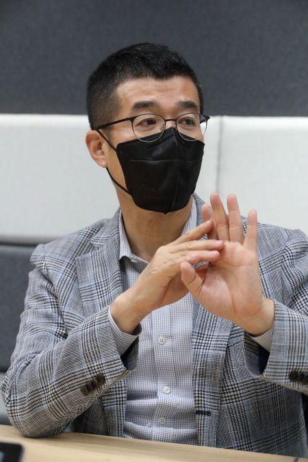 윤용필 KT스튜디오지니 공동대표가 11일 본사 사옥에서 가진 인터뷰에서 발언하고 있다.
