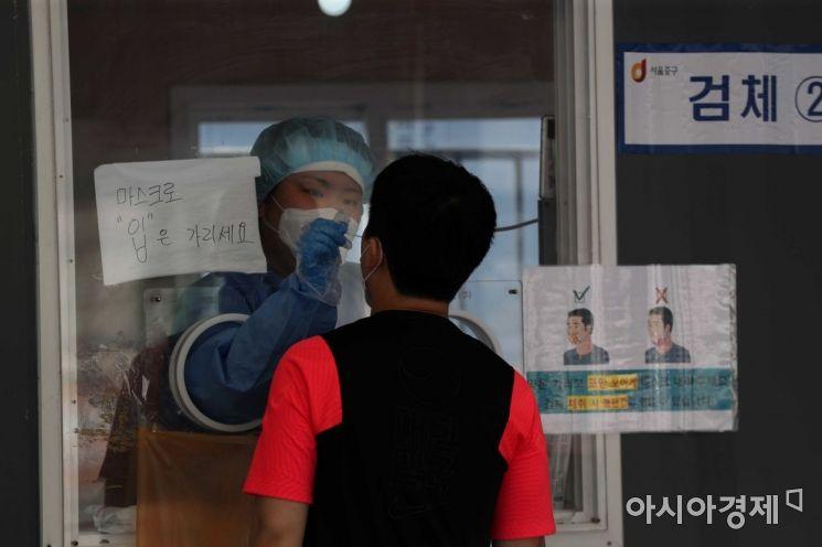 13일 서울역 광장에 마련된 코로나19 임시 선별검사소에서 시민들이 검사를 받고 있다. 이날 질병관리청 중앙방역대책본부에 따르면 0시 기준 국내 코로나19 누적 확진자는 452명 증가한 14만7874명으로 나타났다. /문호남 기자 munonam@