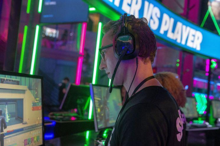 2019년 미국 캘리포니아주 로스엔젤레스에서 열린 세계 최대 게임 전시회 E3 참가자가 게임을 시연해보고 있다. [이미지출처=EPA연합뉴스]