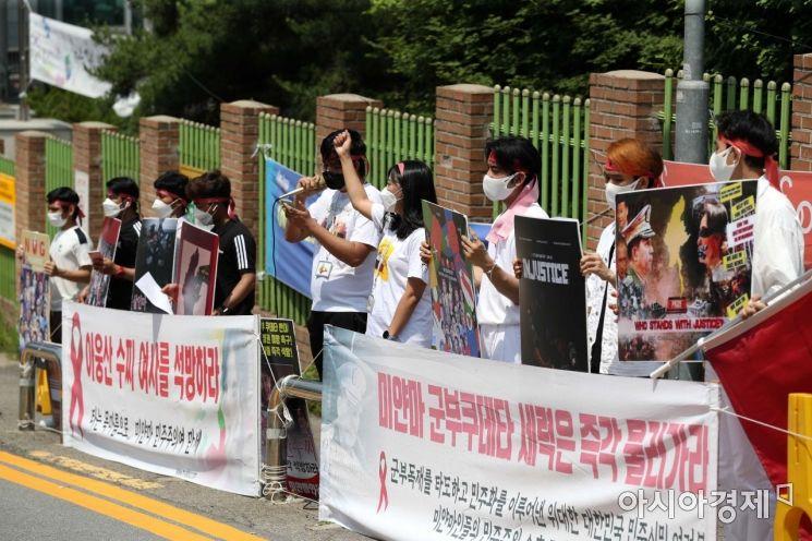 [포토]구호 외치는 미얀마 봄혁명지지자모임
