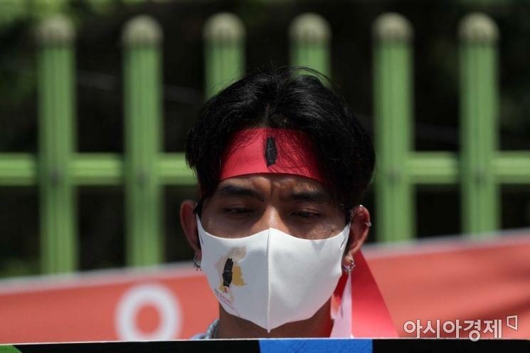 미얀마 봄혁명지지자모임 관계자들이 13일 서울 용산구 주한미얀마대사관 인근 한남초등학교 앞에서 미얀마 군부 쿠데타 규탄 집회를 하고 있다. /문호남 기자 munonam@