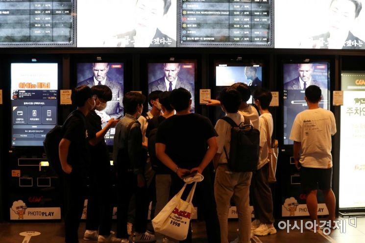 원활한 코로나19 백신 접종과 여름 성수기에 힘입어 영화관 관객 수가 늘고 있는 13일 서울 CGV 용산아이파크몰에서 학생들이 영화 관람을 위해 티켓을 구매하고 있다. /문호남 기자 munonam@