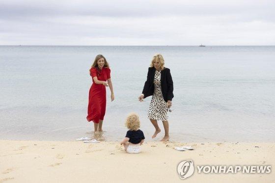 11일(현지시간) 조 바이든 미국 대통령 부인 질 바이든 여사와 보리스 존슨 영국 총리 부인 캐리 존슨 여사가 아들 윌프레드와 함께 해변에서 시간을 보내고 있다./사진=영국 총리실