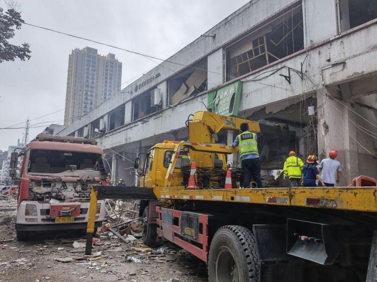 중국 중부 후베이성 스옌시의 식료품 시장에서 13일 구조대가 가스폭발 사고 현장을 수습하고 있다. [이미지출처=연합뉴스]