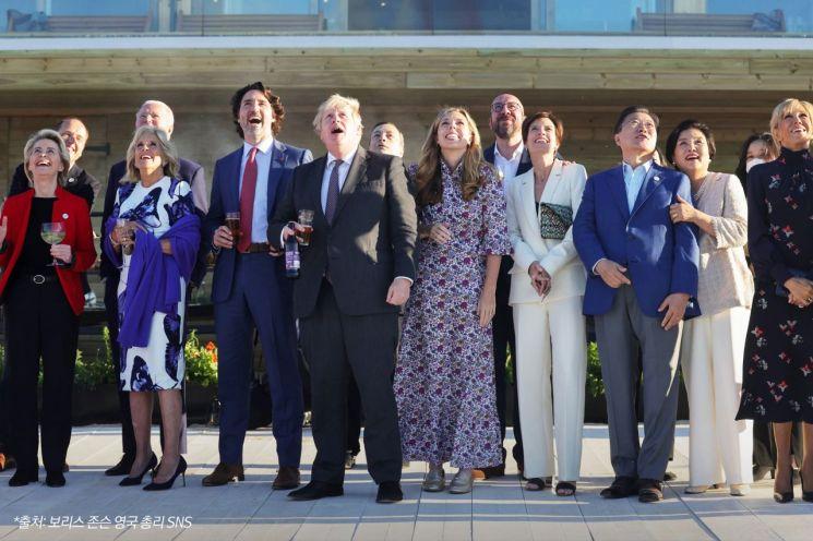 12일(현지시각) 문재인 대통령과 김정숙 여사를 비롯한 각국 정상 내외들이 영국 공군 특수비행팀 '더 레드 애로우스(The Red Arrows)'의 G7 정상회의 축하 비행을 관람하고 있다.   [사진=청와대 페이스북]