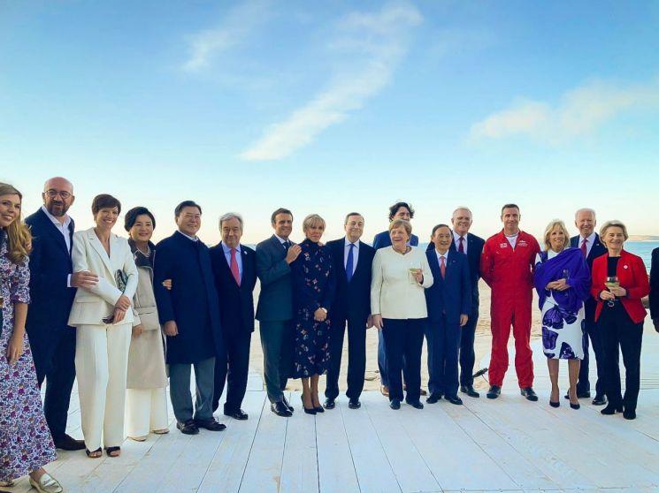 12일(현지시각) 문재인 대통령과 김정숙 여사를 비롯한 각국 정상 내외들이 영국 공군 특수비행팀 '더 레드 애로우스(The Red Arrows)'의 G7 정상회의 축하 비행을 관람했다. [사진=청와대 페이스북]