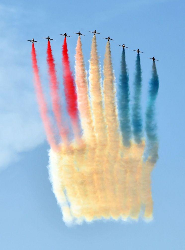 12일(현지시각) 영국 공군 특수비행팀 '더 레드 애로우스(The Red Arrows)'가 영국 상공에서 다양한 색상의 연기를 뿜으며 G7 정상회의 축하 비행을 펼쳤다. [사진=청와대 페이스북]