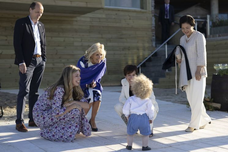 G7 정상회의 참가국 정상 배우자들이 12일(현지시간) 영국 콘월 미낙극장에서 보리스 존슨  영국 총리의 아들을 흐믓한 표정으로 바라보고 있다. /사진=연합뉴스