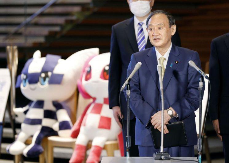 스가 요시히데 일본 총리가 G7 정상회의 참석차 영국으로 떠나기 전 기자들의 질문에 대해 대답하고 있다. [이미지출처=로이터연합뉴스]