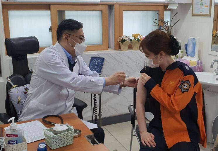 지난 4월 코로나19 백신 예방접종 당시 충남도 소방공무원이 백신을 접종받고 있다. 충남도 제공