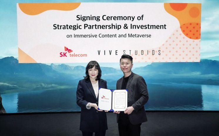 전진수 SKT 메타버스CO장(왼쪽)과 김세규 비브스튜디오스 대표.